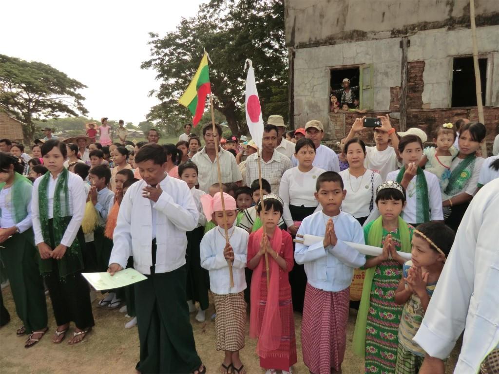 落成式を待つ村人たち
