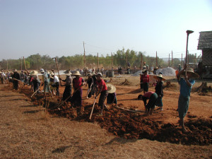 村総出の基礎作りのための労働奉仕