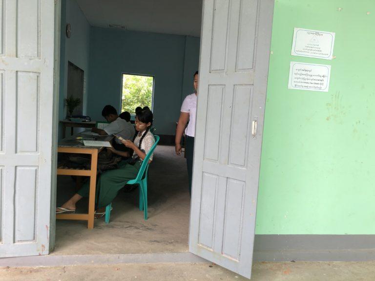 勉強中の生徒たち