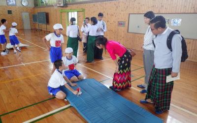 ミャンマ-にはない体育の授業に興味津々