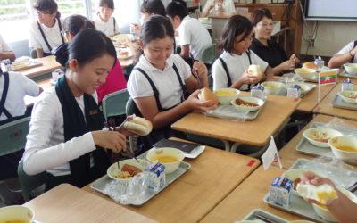 給食の役割分担を自主的に淡々と行う児童たちに驚き!